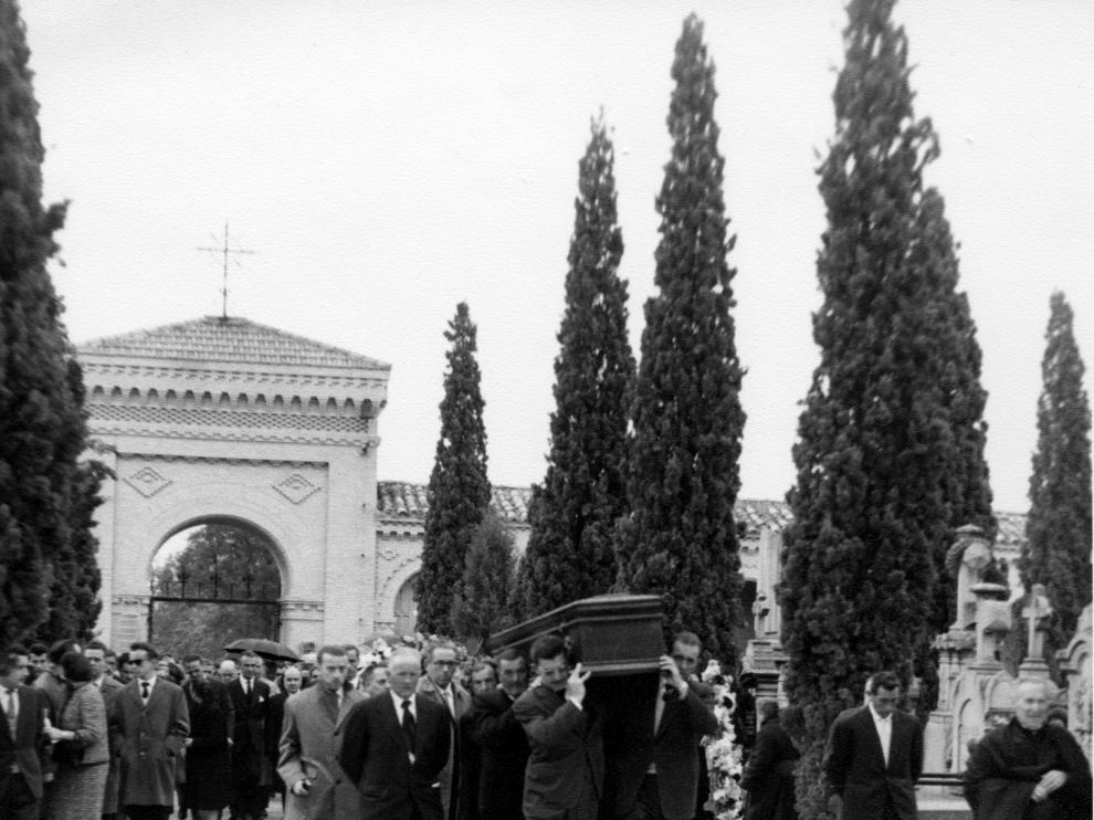 Imagen antigua de la puerta principal del cementerio de Torrero y andador Costa