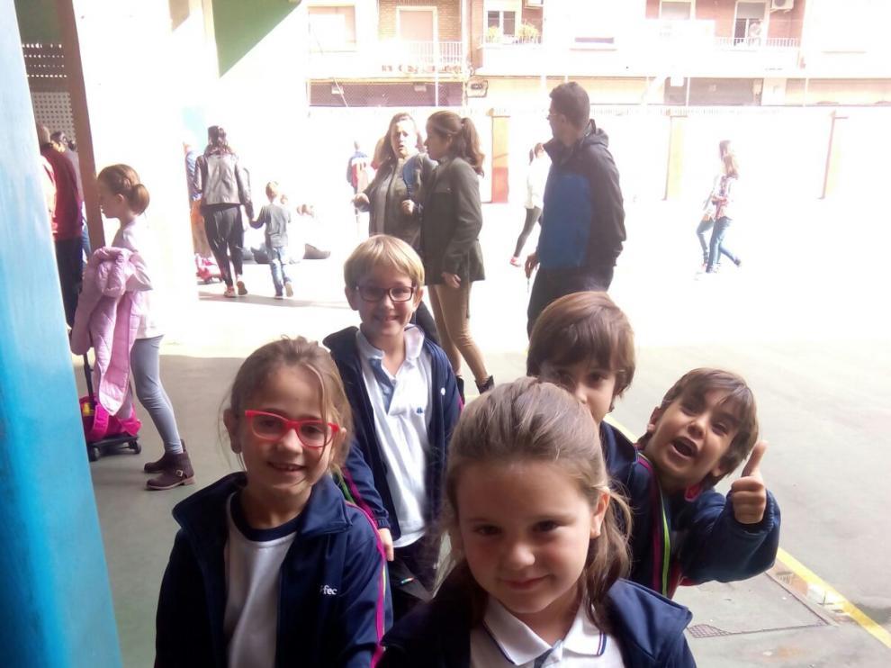 Niños que van a comer y recibir clases a la academia Funtastic School.