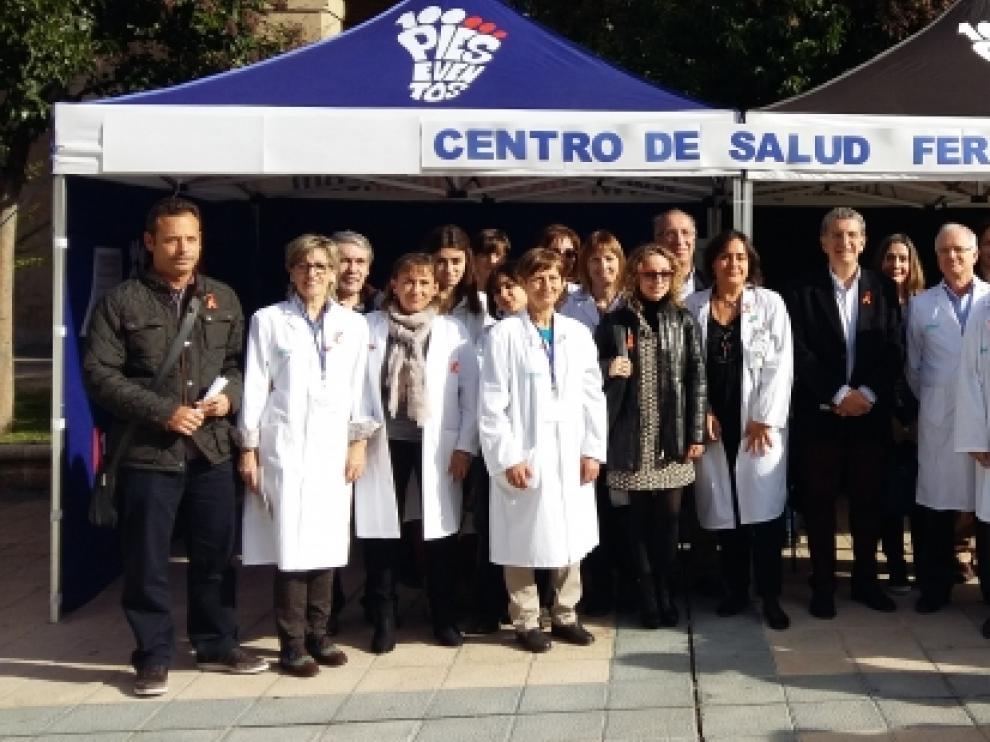 El consejero de Sanidad con voluntarios y profesionales del centro de salud Fernando el Católico en el Día Mundial del Ictus.