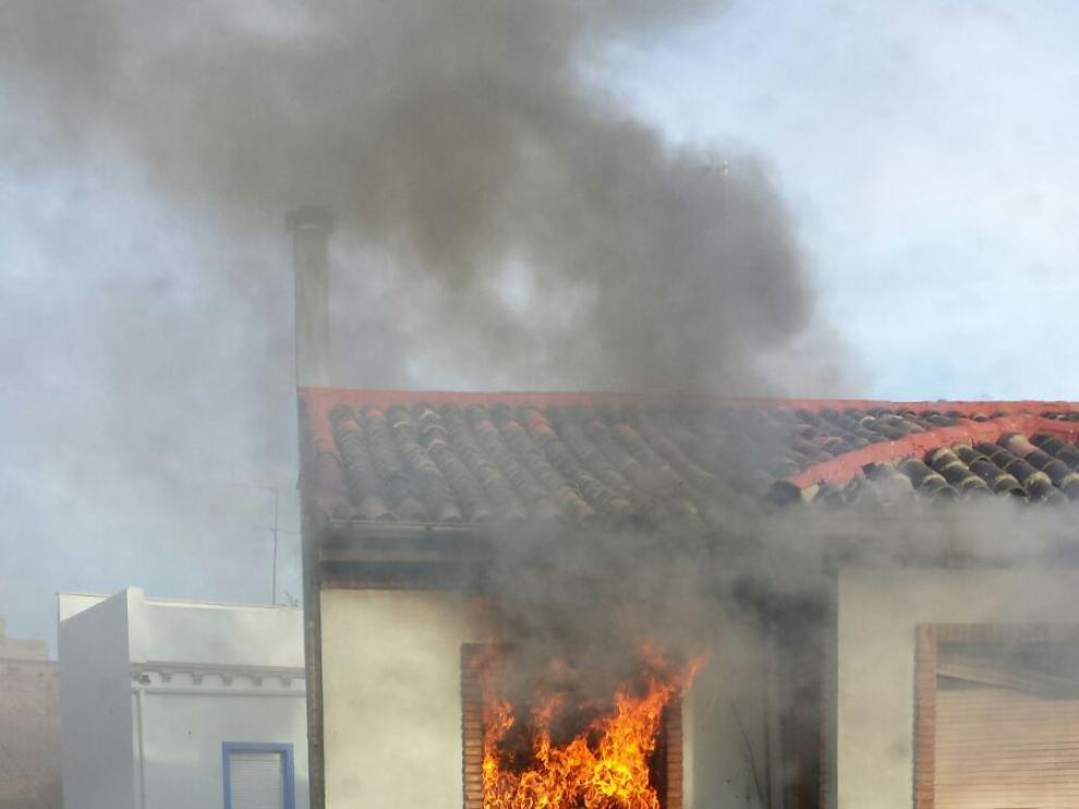Incendio de una vivienda visto desde la calle Valimaña.