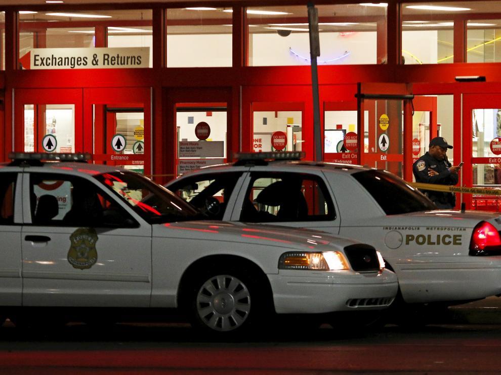 Agentes de policía en el centro comercial donde se ha producido el tiroteo.