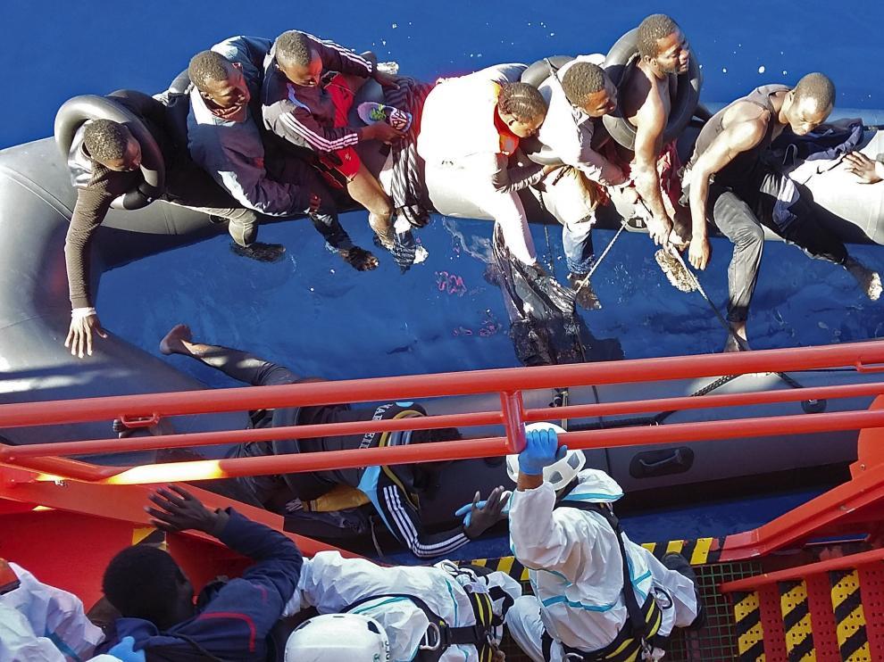 Una imagen del rescate de los 15 inmigrantes rescatados por Salvamento Marítimo.
