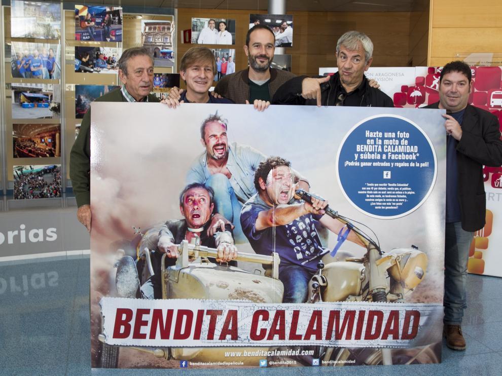 Los actores Luis Varela (i), Nacho Rubio (c), Carlos Sobera (2d) y Jorge Asín (d) y el director Gaizka Urresti (2i) posan con un cartel en la presentación de la película 'Bendita calamidad'
