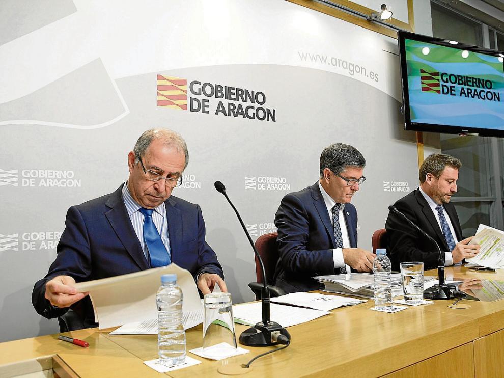 Los consejeros Fernando Gimeno, Vicente Guillén y José Luis Soro, ayer, tras el Consejo de Gobierno.