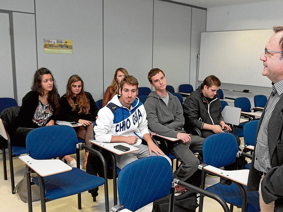 El vicerrector, José Domingo Dueñas, recibe a los alumnos extranjeros del campus de Huesca.