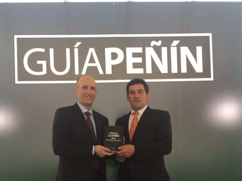 José Ignacio Gracia, secretario del Consejo Regulador, y Eduardo Ibáñez, presidente del Consejo Regulador, con el premio.
