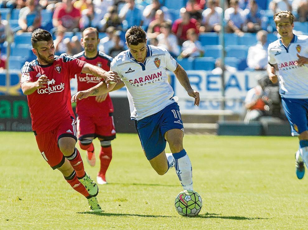 Jaime conduce el balón ante la mirada lejana de Wilk en el duelo ante el Osasuna. Ambos, lesionados de gravedad, se pierden la temporada.