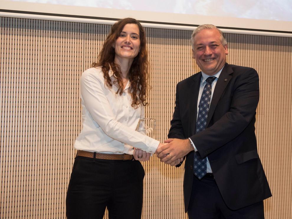 Belén Masiá recibe el premio de manos de Carlos Perdiguer, director de Márquetin de BSH Electrodomésticos España.