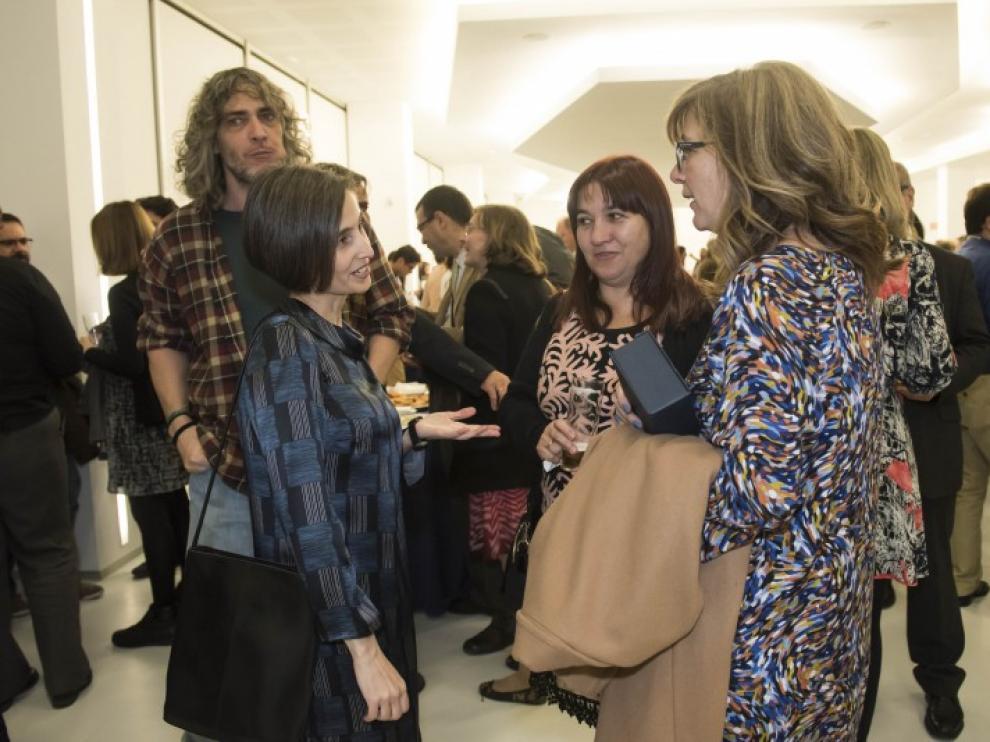 Pilar Perla saluda a dos de los ganadores.