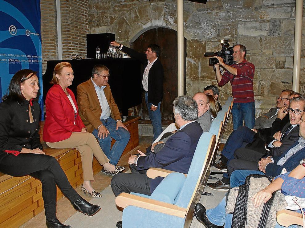 Luisa Fernanda Rudi con representantes de su partido ayer en Fraga.