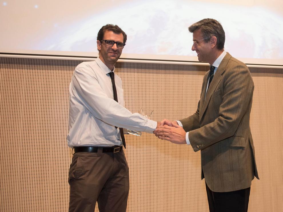 Mikel Iturbe, director de HERALDO DE ARAGÓN, entrega el galardón a Luis Mampel, paleontólogo de Dinópolis.