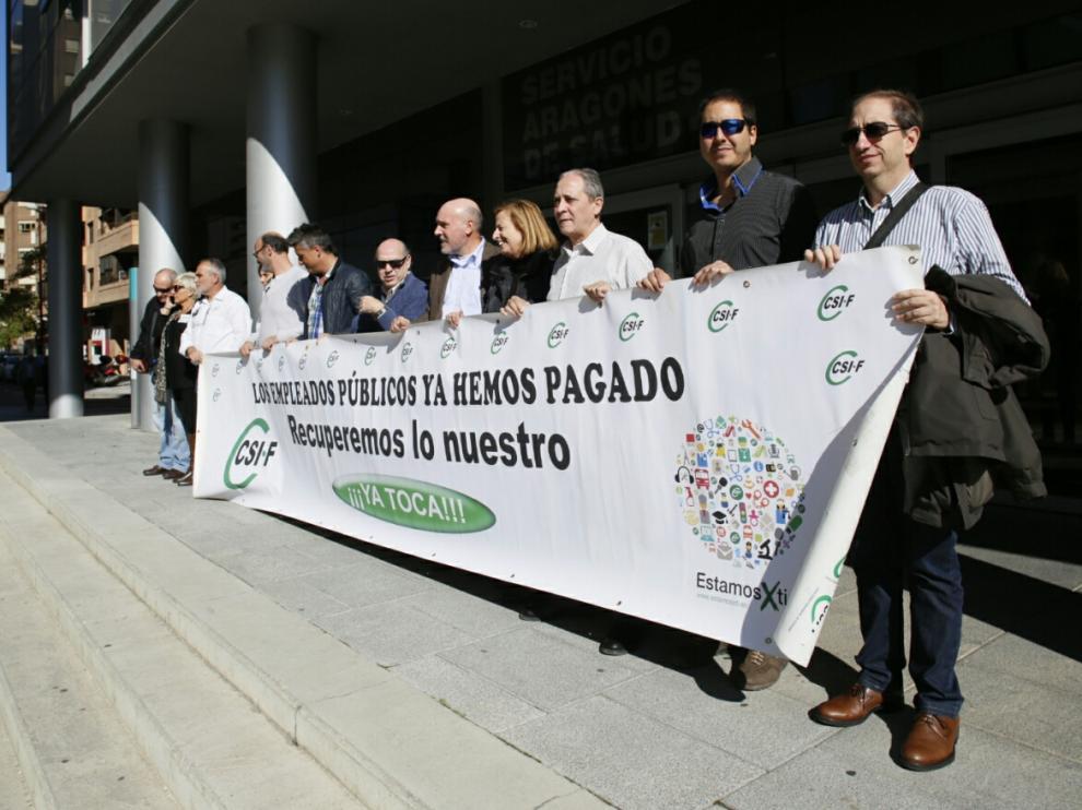 Los delegados sindicales de CSI·F se han concentrado ante la sede del Salud en Zaragoza.