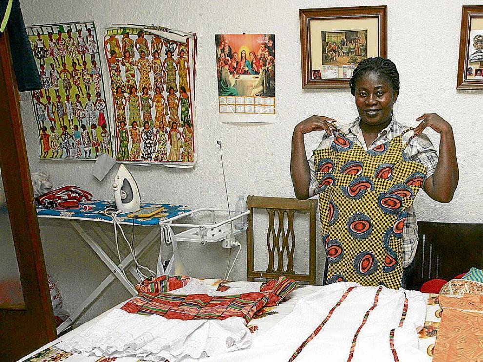 La creadora africana Mabel Agayapong enseña algunos de sus vestidos.