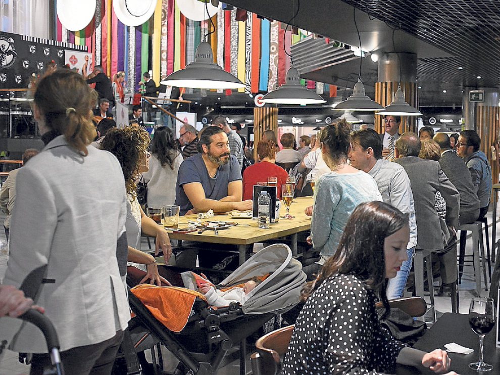 Ayer por la tarde, el nuevo mercado gastronómico estaba muy concurrido.
