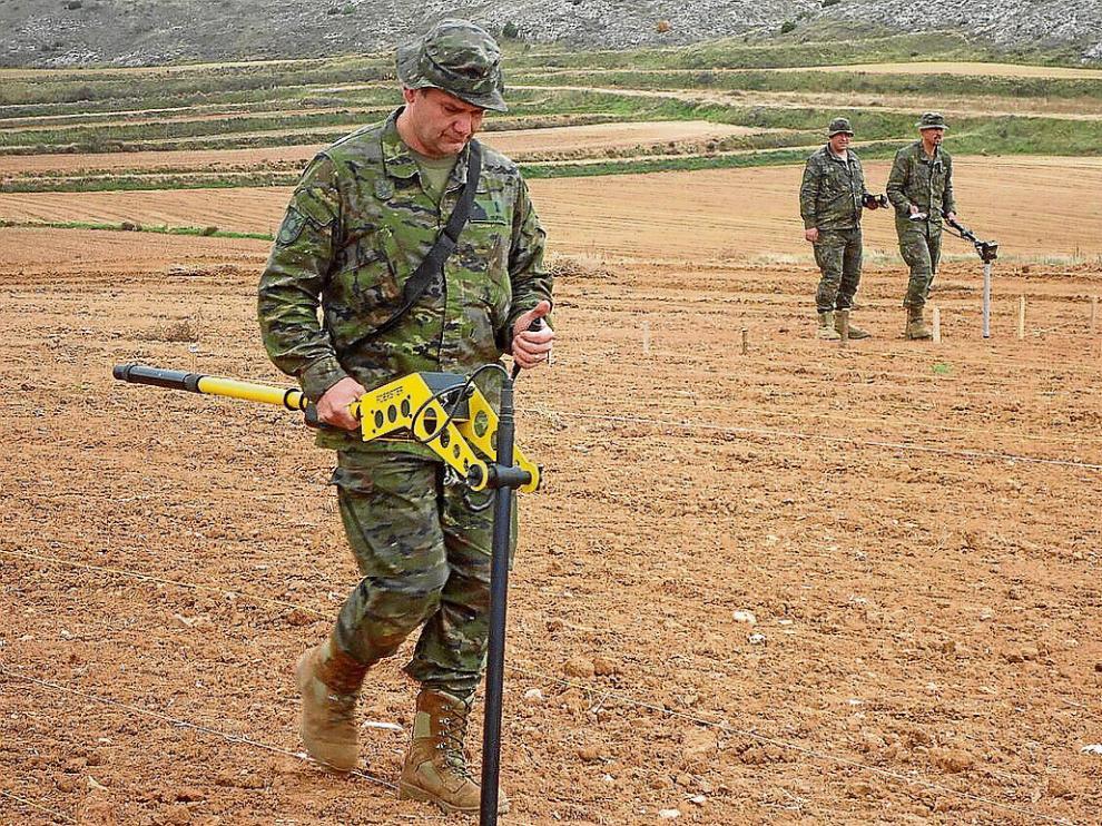 Soldados del Regimiento de Pontoneros prospectan el lugar con más indicios de la batalla de Cutanda.
