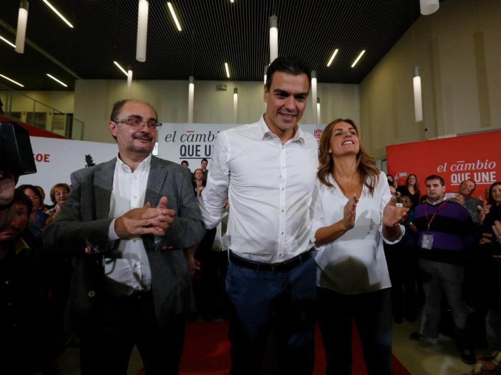 Pedro Sánchez con Susana Sumelzo y Javier Lambán en una visita a Zaragoza