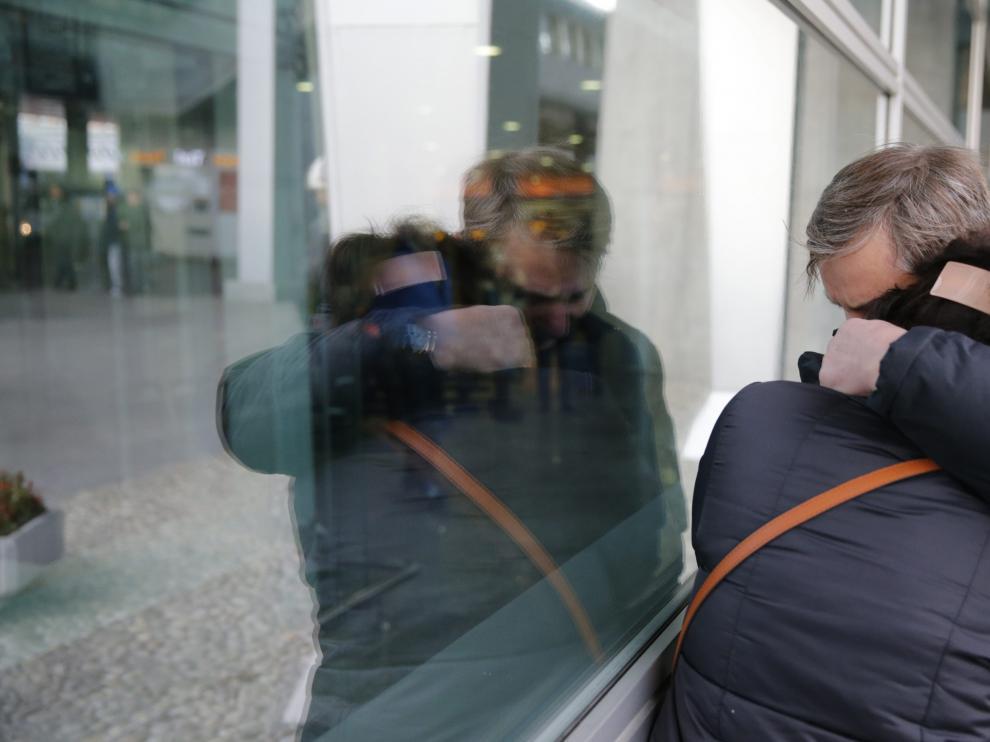 Familiares de los pasajeros esperan en San Petersburgo.
