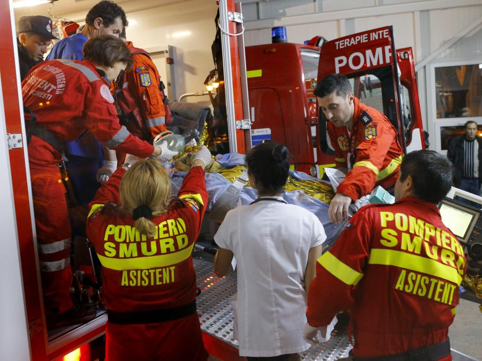 Una herida es trasladada en ambulancia.
