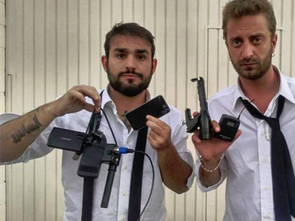 Los periodistas muestran sus equipos.