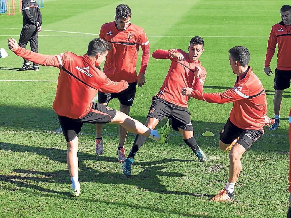 Ángel y Pedro, dos novedades hoy en el equipo por distintas causas, juegan un rondo con Ortí, Cabrera, Rico y Morán.