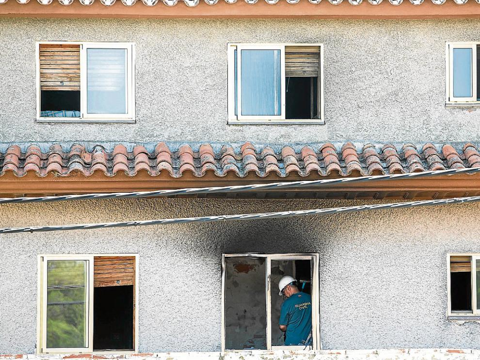 Un especialista de la Guardia Civil recogía pruebas en la habitación donde se originó el incendio.