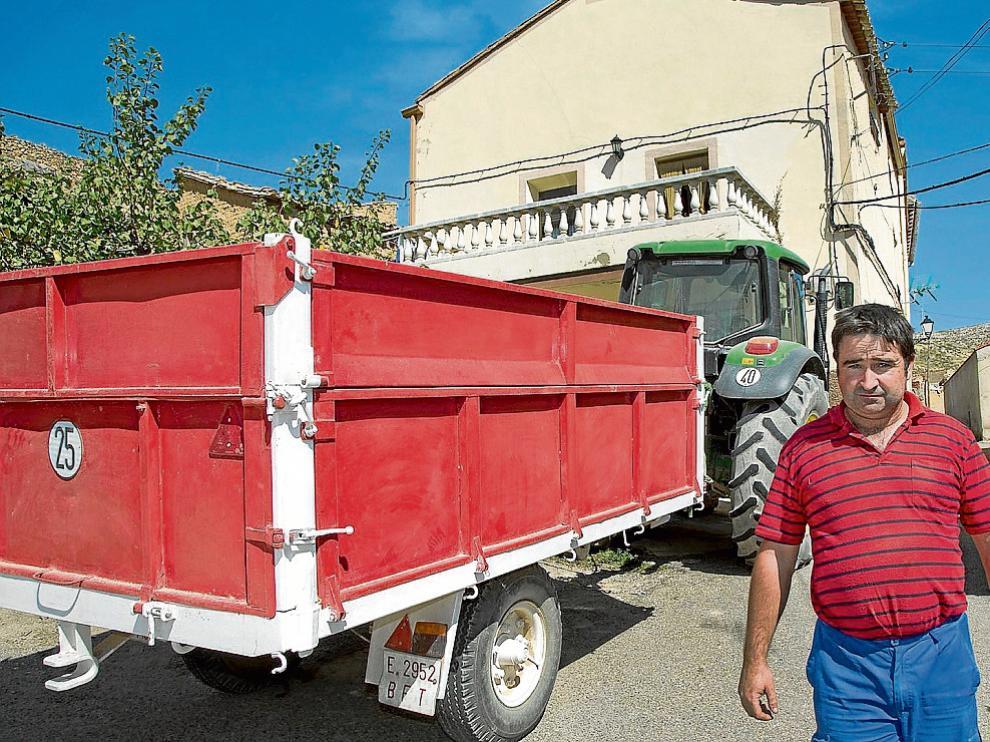 Javier Barcelona, en Tierga, junto al tractor y el remolque que le robaron y que ha podido recuperar.