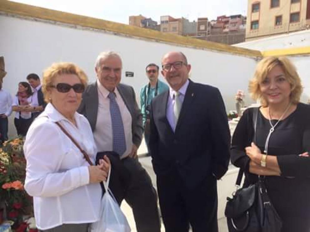 De izquierda a derecha, José Benito y su esposa y Jesús Candil y su esposa, en el cementerio de Melilla el pasado día 1.