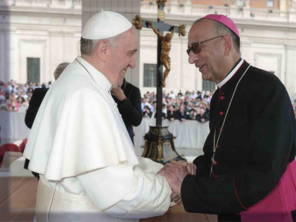 El papa Francisco saluda a Juan José Omella, en marzo de 2014.