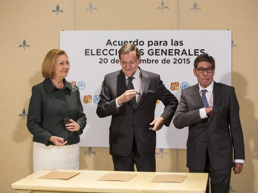 Rudi, Rajoy y Aliaga durante la firma del acuerdo PP-PAR en las últimas elecciones.