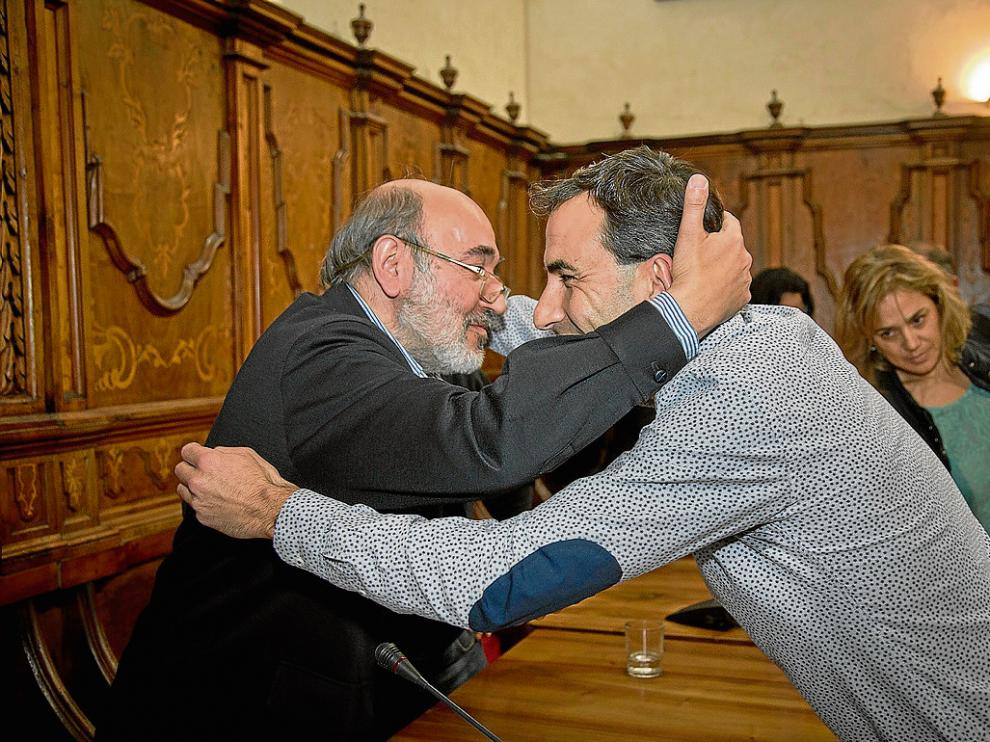 Yagüe –dcha.– se despidió con un caluroso abrazo del alcalde de Calatayud, José Manuel Aranda.