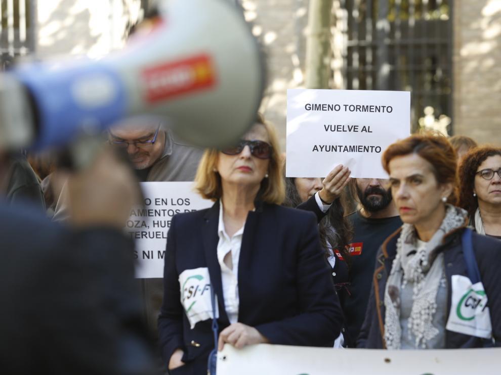 Protesta sindical celebrada esta mañana ante el edificio Pignatelli para exigir la devolución del 75% de la extra de 2012.