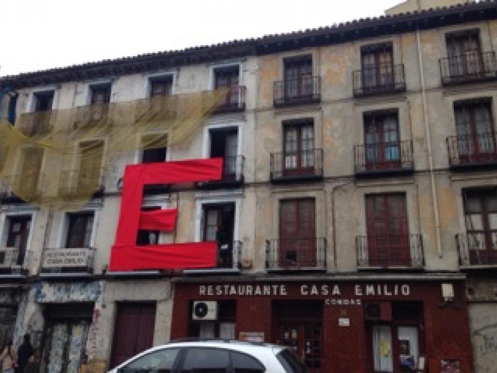 """Colocación de la """"E"""" gigante en la fachada de Casa Emilio."""