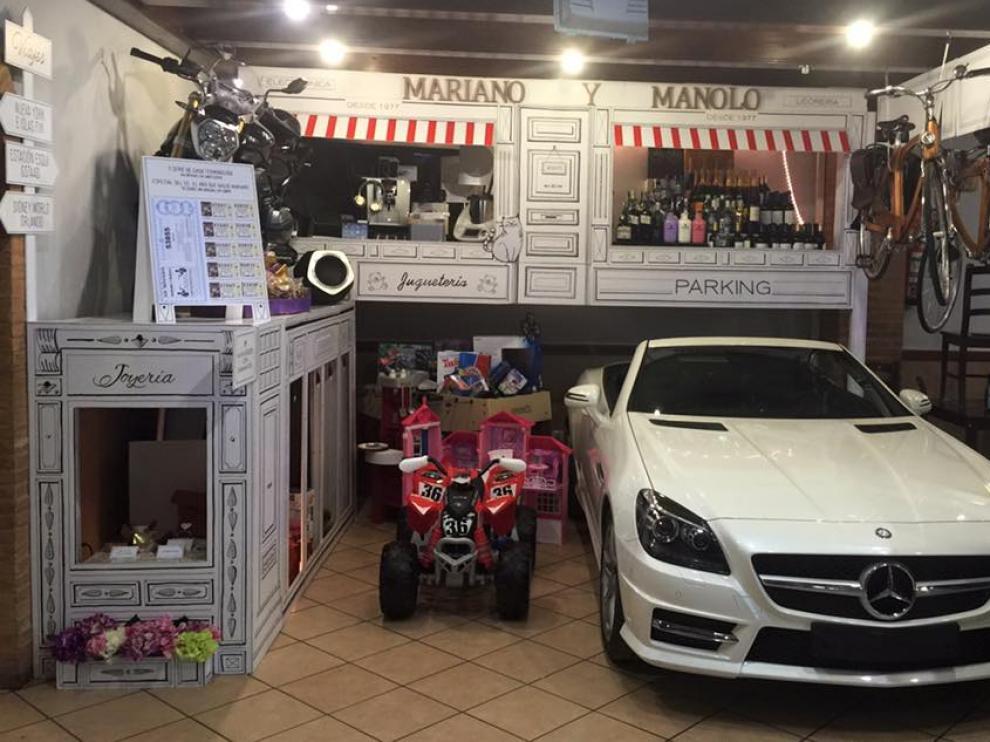 El Mercedes SLK, uno de los premios de esta gran cesta, dentro del establecimiento.
