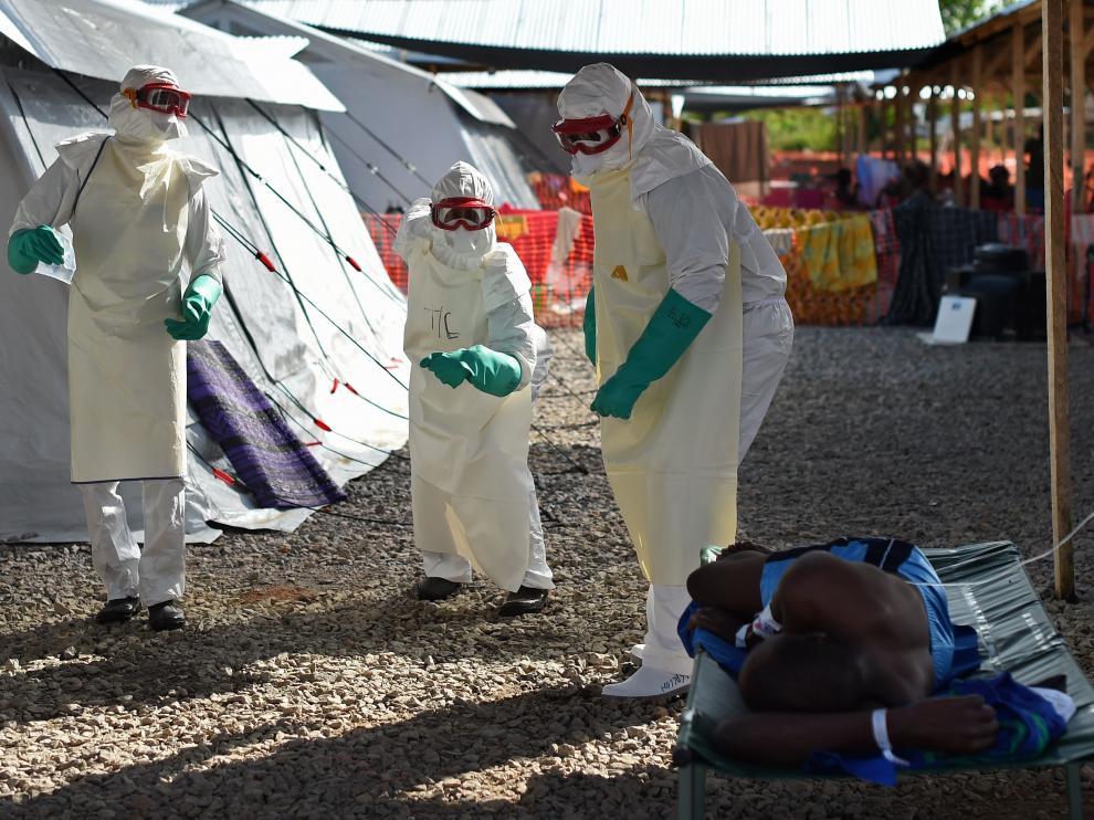 Trabajadores sanitarios asisten a un paciente con ébola en un centro de tratamiento de Sierra Leona.