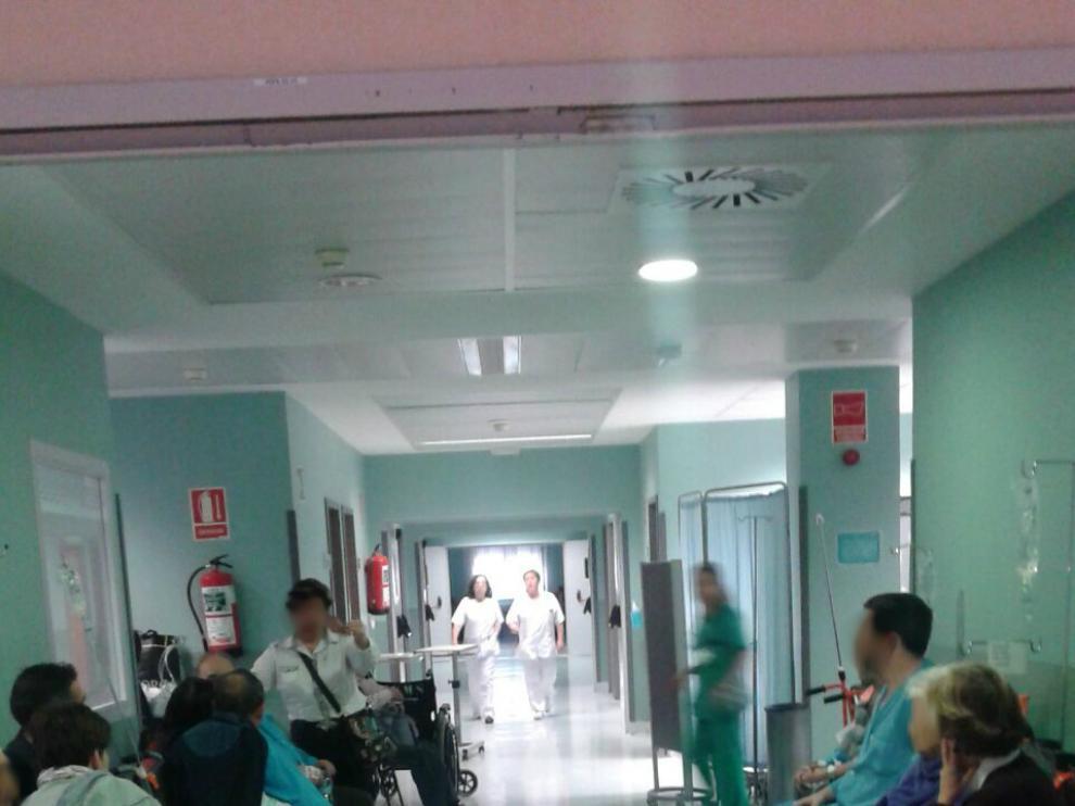 Uno de los pasillos del hospital, lleno de pacientes