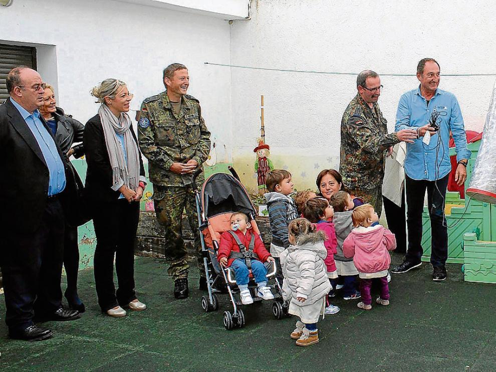 Miembros del Ejército en la escuela infantil de Perdiguera, localidad donde se entregó el dinero.
