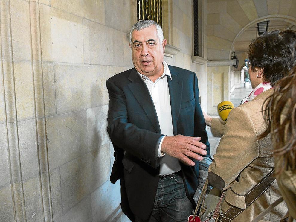 Antonio Arrufat llega a los juzgados de Teruel a primera hora de la mañana de ayer.