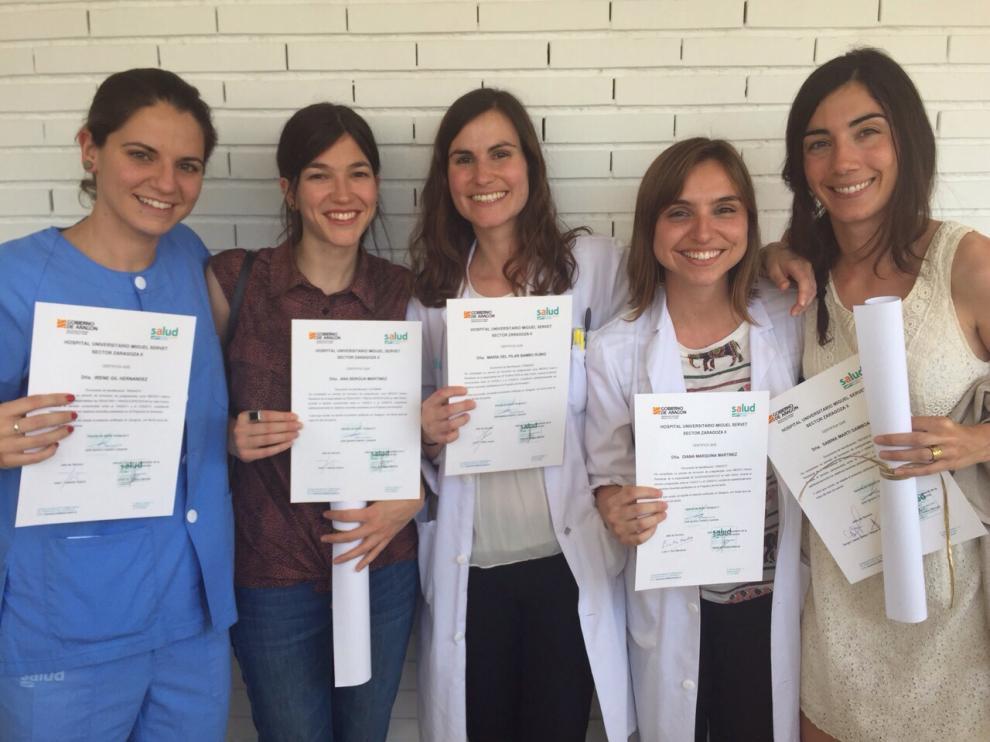 La zaragozana Pilar Bambó (c), junto a otras compañeras, tras recibir este año el título de especialista en Oftalmología.