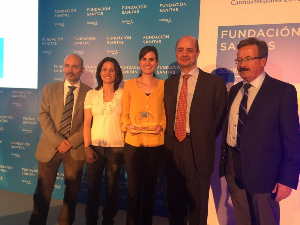 La oftalmóloga del Servet premiada, Pilar Bambó Rubio (c), con el galardón.