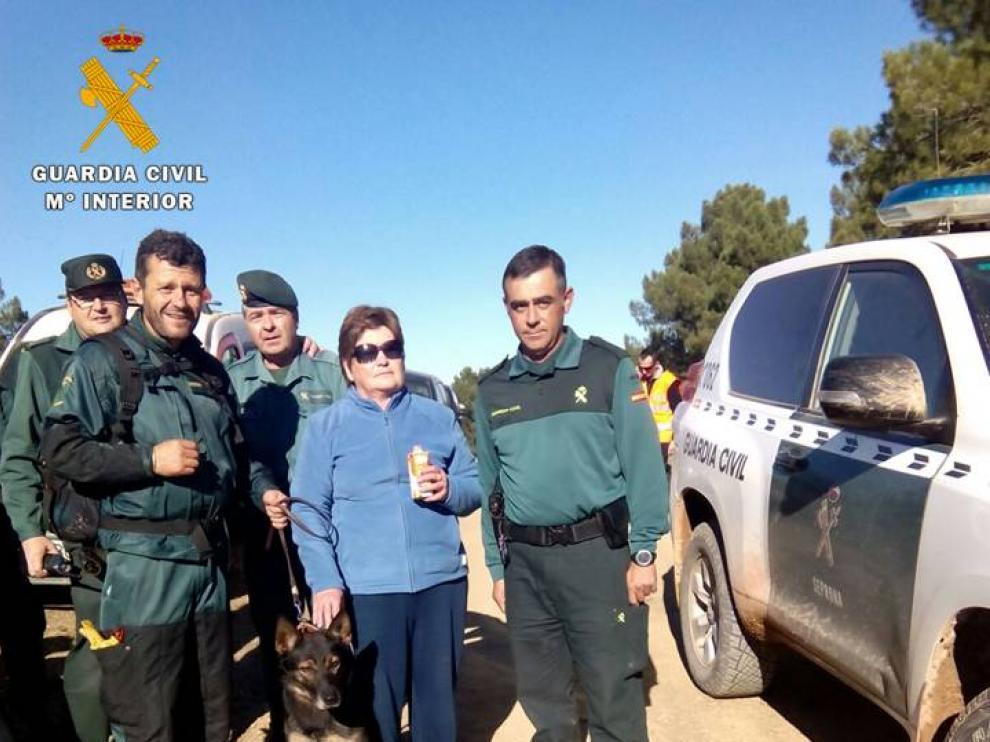 La mujer que se perdió, junto a los agentes de la Guardia Civil