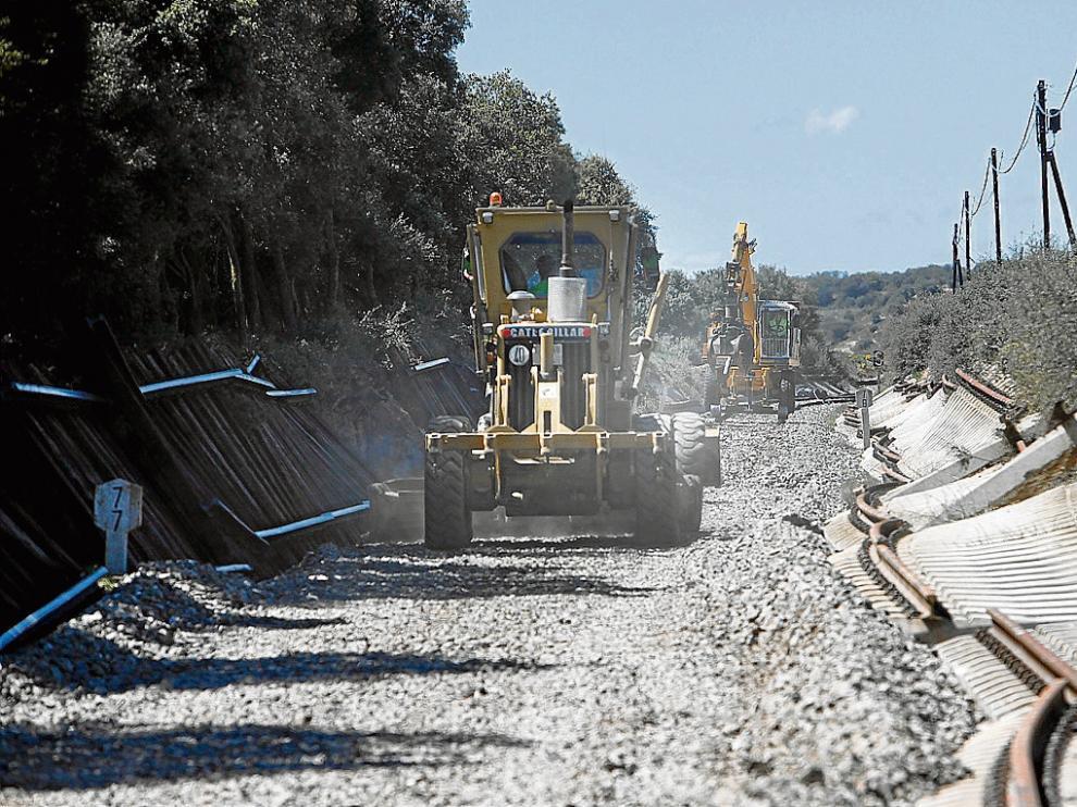 Obras en la línea ferroviaria Huesca-Canfranc a la altura de Alerre, en abril de 2015.