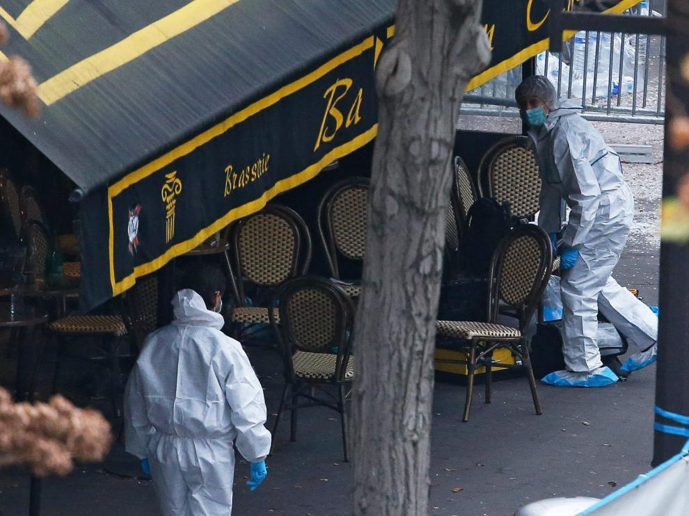 Investigadores buscan huellas en la sala Bataclan de París.