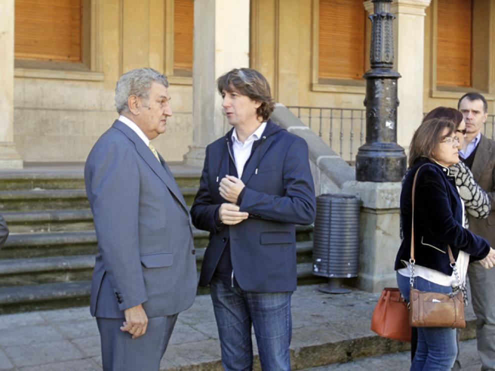 El presidente del Congreso de los Diputados, Jesús Posada, conversa con el alcalde de Soria, Carlos Martínez, durante el acto de repulsa de Soria.