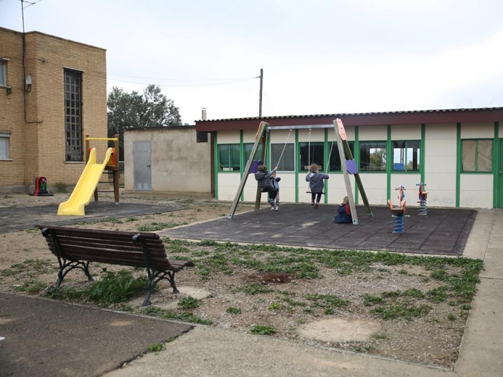 Al fondo, los barracones y a la izquierda, la casa de maestras abandonada.