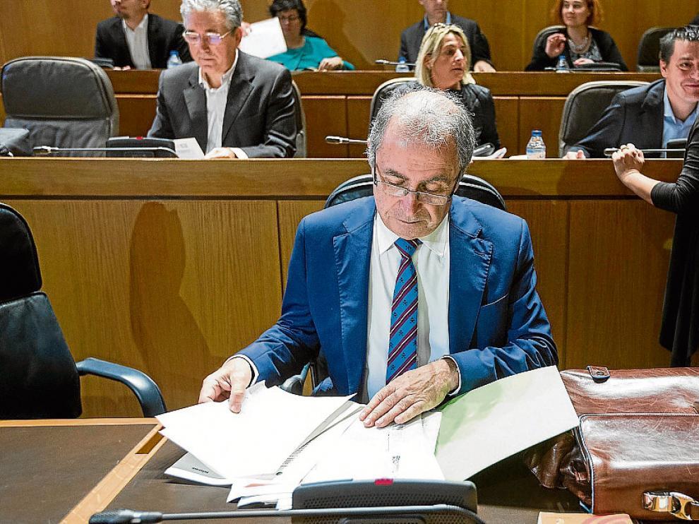 Fernando Gimeno, ayer, en los momentos previos al pleno de las Cortes de Aragón.