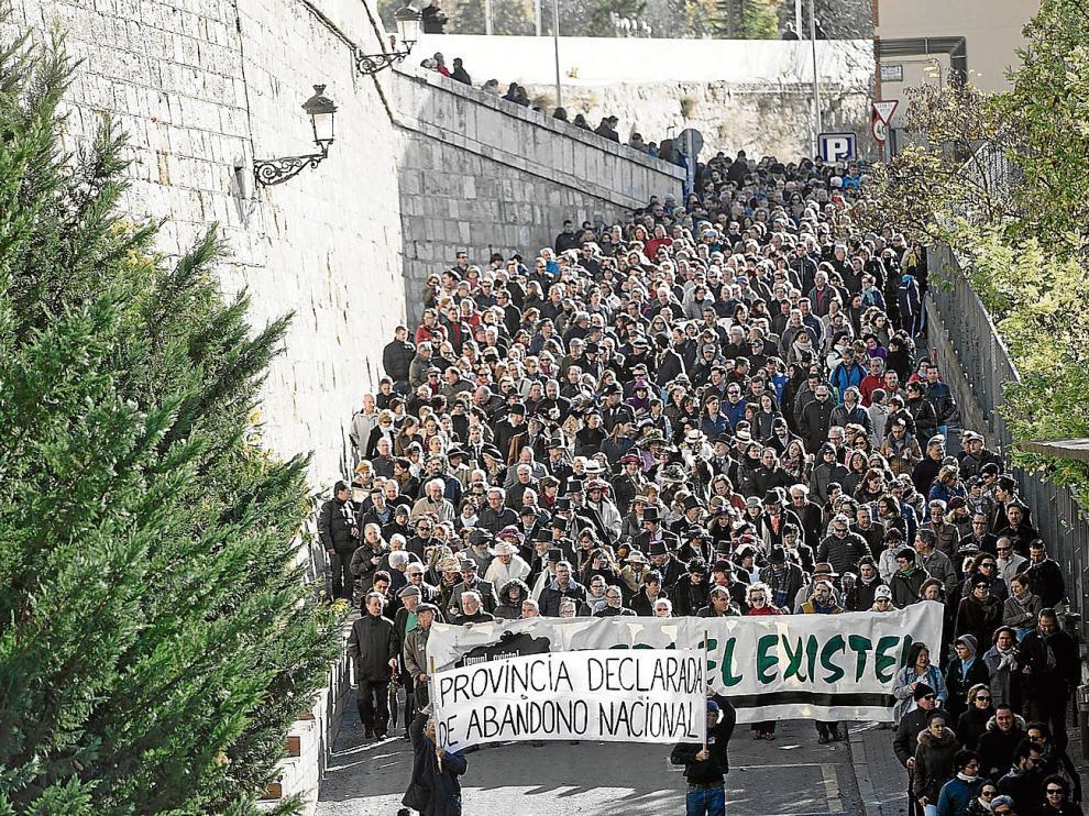 La marcha, que en algunas calles alcanzó casi un kilómetro de longitud, denunció la falta de inversiones en la provincia.