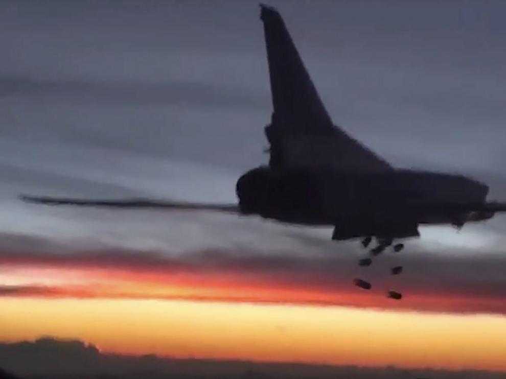 Captura de video facilitada por la página Web del Ministerio de Defensa ruso que muestra un bombardero ruso.