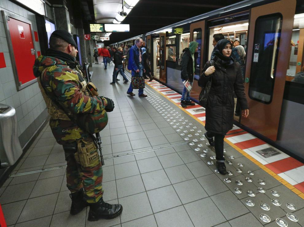 Un policía belga patrulla en el metro de Bruselas.