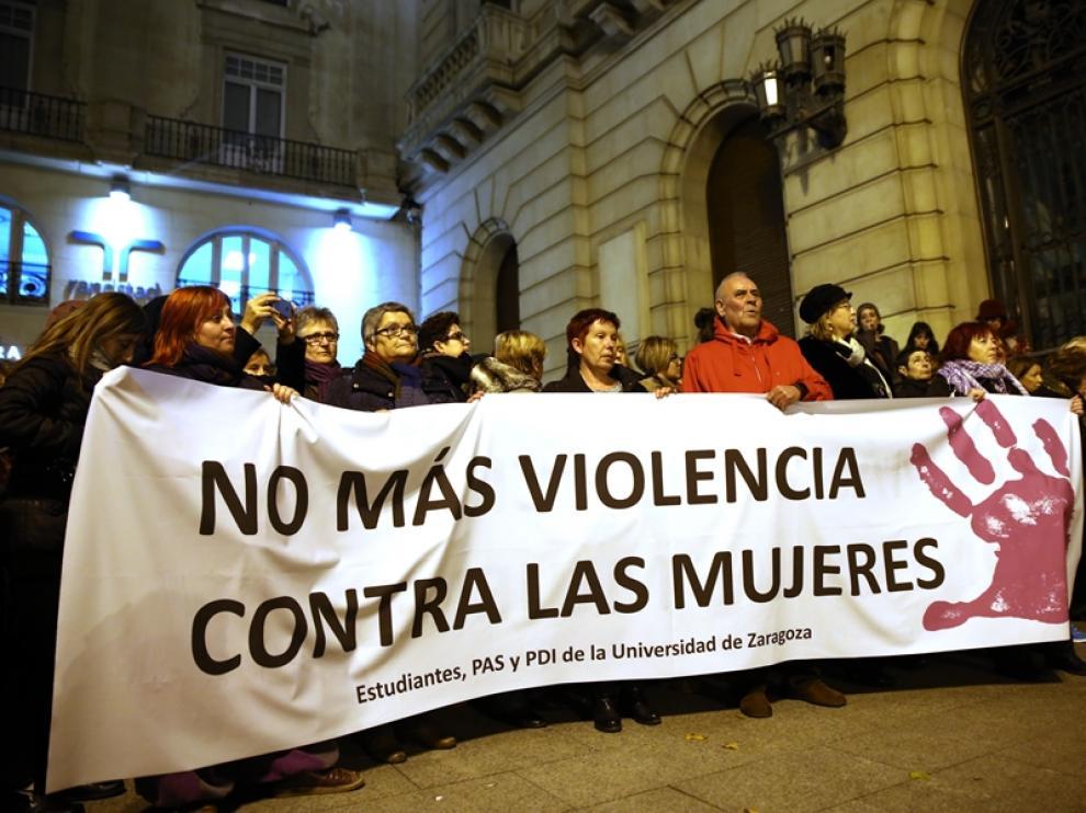 Imagen de la concentración del 25N en Zaragoza por la eliminación de la violencia contra la mujer.