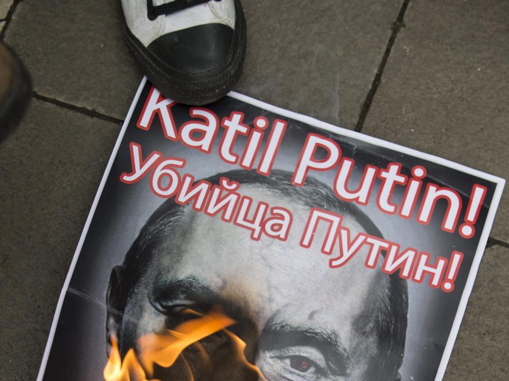 Un manifestante turco quema una foto de Putin.